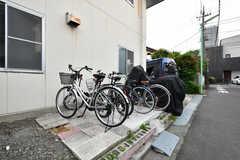 自転車置き場の様子。バイクも停められます。(2021-06-08,共用部,GARAGE,1F)