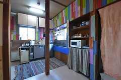 キッチンの様子。カラフルな壁は1枚ずつ板が塗られています。(2014-12-18,共用部,KITCHEN,2F)