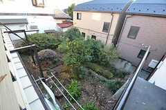 ベランダから見た庭の様子。階段から直接降りることもできます。(205号室)(2014-12-18,専有部,ROOM,2F)