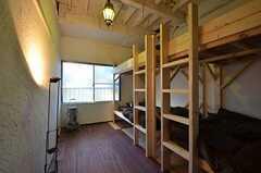 ドミトリーの様子。ベッドの上段は荷物置きです。(101号室)(2014-12-18,専有部,ROOM,1F)