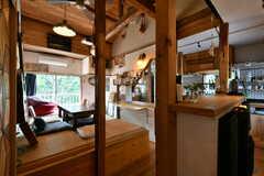 リビングの様子。キッチンが併設されています。(2021-06-08,共用部,LIVINGROOM,2F)