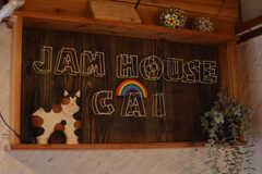 シェアハウスのサイン・猫付き。2021年6月現在、シェアハウスで飼っている猫が2匹、事業者さんが飼っている猫が2匹暮らしているそう。(2021-06-08,共用部,LIVINGROOM,2F)