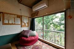 隣地が保護林のため、開放的。普段は窓際に飼っている猫が寝ているそうです。(2021-06-08,共用部,LIVINGROOM,2F)