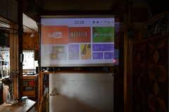 スクリーンを下ろすと映像を映し出すことができます。(2021-06-08,共用部,LIVINGROOM,2F)