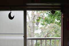 窓の外は緑。備品は入居者さんの私物です。(203号室)(2021-06-08,専有部,ROOM,2F)