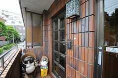 シェアハウスの玄関ドアの様子。(2011-06-03,周辺環境,ENTRANCE,1F)