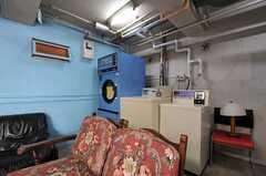 コイン式の洗濯機、乾燥機の様子。(2011-06-03,共用部,OTHER,1F)