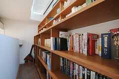 本棚の様子。オーナーさんの私物ですがもちろん閲覧可能です。(2011-04-12,共用部,OTHER,4F)