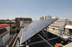 屋上にはソーラーパネルがあります。景色は良いのですが、上がる機会は少ないかと。(2011-04-12,共用部,OTHER,4F)