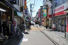 小田急電鉄小田原線・経堂駅からシェアハウスへ向かう道の様子。(2011-04-12,共用部,ENVIRONMENT,1F)