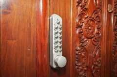 玄関の鍵はナンバー式。(2009-09-15,共用部,OTHER,2F)