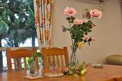 テーブルの上には造花が飾られています。(2017-04-27,共用部,LIVINGROOM,1F)