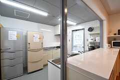 キッチンの様子。冷蔵庫が2台設置されています。(2017-04-27,共用部,KITCHEN,1F)