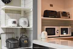 収納棚にはキッチン家電が置かれています。(2017-04-27,共用部,KITCHEN,1F)