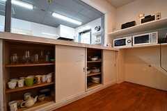 キッチントップの下は共用の食器が収納されています。(2017-04-27,共用部,KITCHEN,1F)