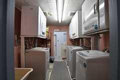 ランドリールームの様子。洗濯機と乾燥機が3台ずつ設置されています。奥が水まわり設備です。(2017-04-27,共用部,LAUNDRY,1F)