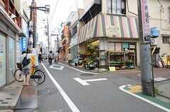 小田急線・豪徳寺駅からシェアハウスへ向かう道の様子。(2013-07-01,共用部,ENVIRONMENT,1F)