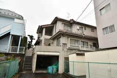 シェアハウスの外観。階段をあがって玄関があります。(2020-01-15,共用部,OUTLOOK,1F)