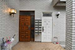 玄関は2つ並んでいますが、どちらも利用可能です。玄関はオートロックです。(2020-01-15,周辺環境,ENTRANCE,1F)