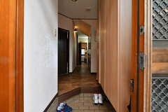 左側の玄関から見た内部の様子。(2020-01-15,周辺環境,ENTRANCE,1F)