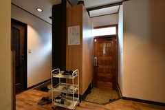 内部から見た玄関周辺の様子。(2020-01-15,周辺環境,ENTRANCE,1F)