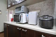 キッチン家電の様子。ホームベーカリーもあります。(2012-03-08,共用部,KITCHEN,3F)