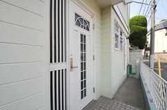 シェアハウスの玄関ドアの様子。(2011-05-18,周辺環境,ENTRANCE,1F)