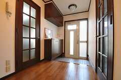 内部から見た玄関周りの様子。(2011-05-18,周辺環境,ENTRANCE,1F)