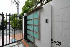 門扉の脇には郵便受けが設置されています。(2018-05-10,周辺環境,ENTRANCE,1F)