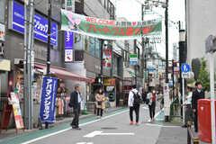 小田急線・経堂駅周辺の様子。商店街が近くにあります。(2018-05-10,共用部,ENVIRONMENT,1F)
