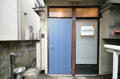 シェアハウスの正面玄関。(2010-03-02,周辺環境,ENTRANCE,1F)