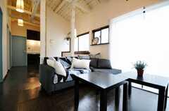 シェアハウスのラウンジの様子2。窓が大きく、採光も良い感じ。(2010-03-02,共用部,LIVINGROOM,2F)