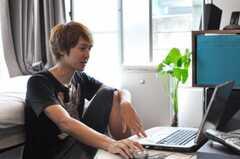 入居者さんが専有部でくつろいでいます。(2010-07-25,共用部,PARTY,1F)