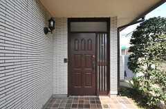 シェアハウスの正面玄関。(2010-08-25,周辺環境,ENTRANCE,1F)