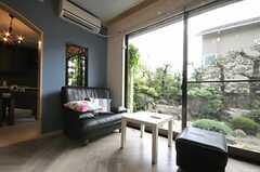 庭がよく見えるソファ。(2010-08-25,共用部,LIVINGROOM,1F)
