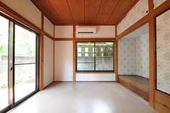 専有部の様子2。こちらもウッドデッキのテラス付き。(105号室)(2010-08-25,専有部,ROOM,1F)
