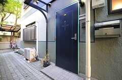 3フロアある内のひとつ、101号室の玄関ドアの様子。(2012-11-20,周辺環境,ENTRANCE,1F)