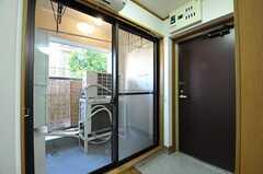 内部から見た玄関周辺の様子。左手の掃き出し窓から共用のベランダに出られます。(2012-11-20,周辺環境,ENTRANCE,2F)