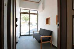 ソファが置かれている部分に自転車を駐輪することも可能です。(2012-09-10,周辺環境,ENTRANCE,1F)