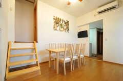 206号室、207号室は階段を数段上った先に位置しています。右手の入り口を進むと、洗面スペースです。(2012-09-10,共用部,LIVINGROOM,2F)
