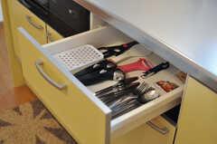 作業台下の引き出しの様子。カトラリーや小さめの調理器具があります。(2012-09-10,共用部,KITCHEN,2F)