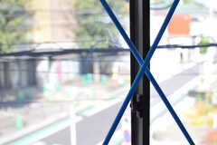 窓にはブルーの細い鉄骨。(203号室)(2012-09-10,専有部,ROOM,2F)
