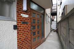 シェアハウスの正面玄関。(2013-06-07,周辺環境,ENTRANCE,1F)