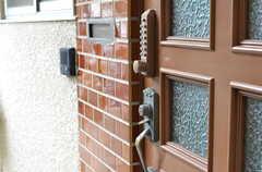 玄関のドアはナンバー式です。(2013-06-07,周辺環境,ENTRANCE,1F)
