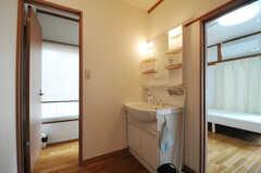廊下に設置された洗面台の様子。奥がトイレです。(2013-06-07,専有部,ROOM,2F)