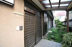 シェアハウスの正面玄関。(2013-08-12,周辺環境,ENTRANCE,1F)