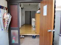 シェアハウスの正面玄関から見た内部の様子。(2008-02-19,周辺環境,ENTRANCE,1F)