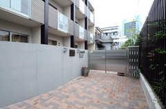 エントランスまわりの様子。門戸の壁が弧を描いています。(2013-06-20,共用部,OUTLOOK,1F)