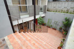 玄関は階段を降りた先です。(2013-06-20,共用部,OUTLOOK,1F)