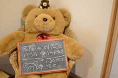 玄関には大きなクマのぬいぐるみが案内板を下げています。(2013-06-20,周辺環境,ENTRANCE,)